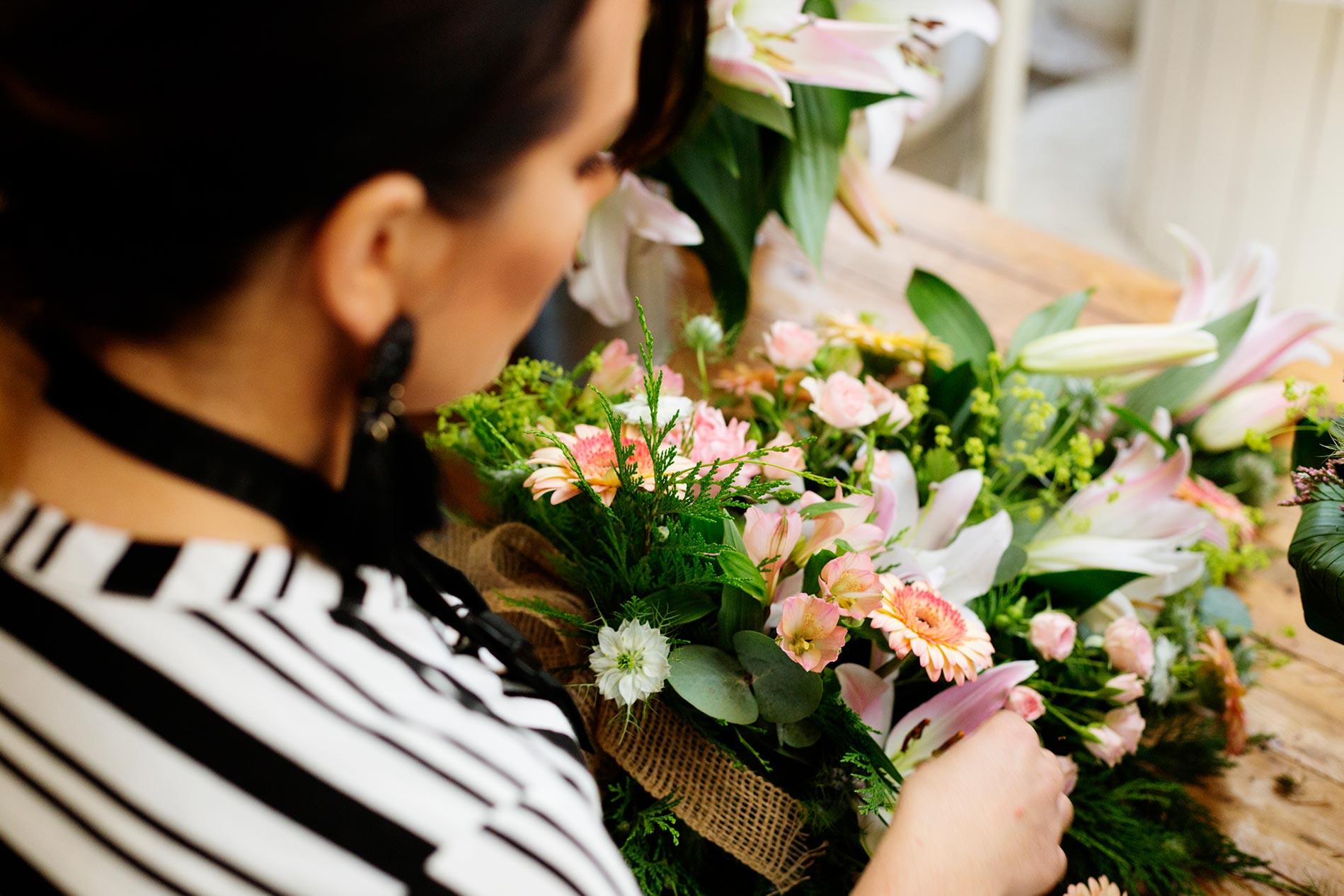 florist-aucklandcbd-making-flower-bouquet